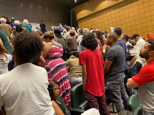 Em protesto, servidores viram as costas aos deputados que votaram a favor do PL 899.